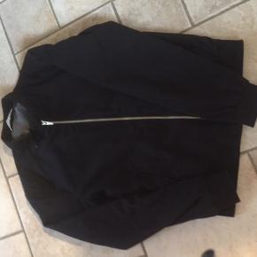 Sælger to drenge forårs jakker. De er begge str s. Den ene er sort og er købt i zara sidste sommer Den anden er blå og købt i sidste sommer og er fra mærket isolid. 150 kr. Pr stk