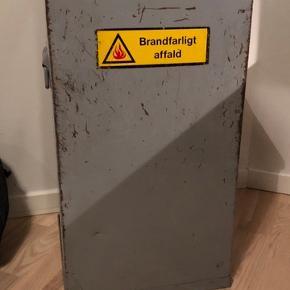 Gammel værksted affaldsspand - har slid  og er godt brugt !  Højde 66 cm - 35 x 35  Står i Haderslev - kører dagligt til Sønderborg.