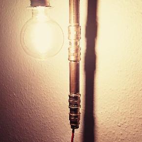 Virkelig fed Pipe lamp MED PÆRE til montering på væg, lavet i ren messing med kobber fatning. Alle dele er CE godkendt fra Greenline.  Med tryk kontakt, samt rød stof ledning. pære: PHILIPS vintage led 250 lumen. (Normalpris 224,95,-) Længde H = 47 cm. Dybde D = 22 cm. Andre farver ledning kan også bestilles.  Lampen kan ligeledes leveres i sort rør til 899,- INC pære og valgfri ledning. Forsendelse med DAO for 38,-