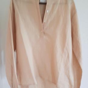 En fin og ubrugt overdel fra Neo Noir. Den er lidt længere bagpå end foran, er uden krave og lukkes med 3 knapper. Style: Juliette Linen Shirt Materiale: 60% Linen, 40% Cotton Pris: 150 kr. PP