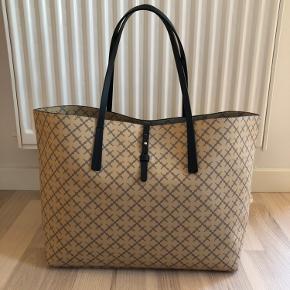 Aftagelig pung + dustbag medfølger  L: 42 cm B: 21 cm H: 28 cm (u. hanke), 48 cm (m. hanke)  Kan kun afhentes i Nørresundby