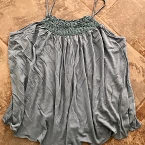 Smuk top i en flot blålig farve. Den er super fin - bar eller med en hvid strop t-shirt under. Fed til jeans med en flot bælte 👍🏻 Se også alle mine andre annoncer ☺️  Byd!