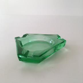 Askebæger i grønt glas. Har været brugt til smykker. Har alm. brugsspor.