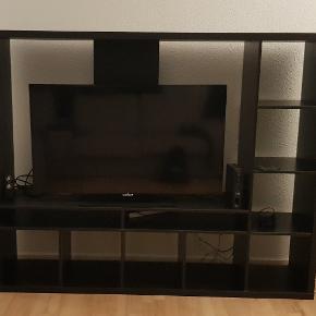 H148, B182, D40 Pæn TV møbel (uden TV) i flot sortbrune farve med masse af opbevaringshylder, fremstår som ny.  Afhentes i 2400 København NV (kan godt skilles ad, hvis nødvendigt).
