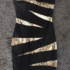 Tryk på billedet, for at fuld størrelse  Sælger min lækre bandage kjole. Den har kun været brugt én gang. Ny pris var 800,- + Porto fra England (300,-)  Det er størrelse 10UK, som siges er medium, men de er små i størrelserne. Da jeg var small brugte jeg altid str. 10 i UK, så den svarer til en small.   Søgeord: nytårskjole, nytår, fest kjole, festkjole, bandage kjole,