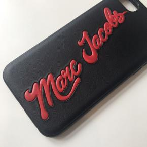 Marc Jacobs cover / Marc Jacobs iPhone cover / Marc Jacobs iPhone 7 cover / med logo Marc Jacobs logo cover / sort cover / sort / rød / rigtig god stand ✨