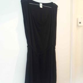 Kjolen går ca. til knæene afhængig af ens højde. Kjolen har et lille bindebånd, som kan tages af. 100% viskose (let og blødt stof)