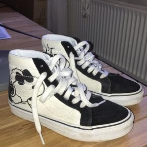 Sælger disse fede sko til en go pris. Sælges da de ikke kan passes længere:) Det eneste tegn på slid er af kanterne er en smule beskidte, men det kan nemt vaskes af med en klud.