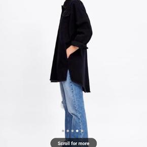 ZARA denim jakke  Oversize fit, længere bagpå.  I tyk denimstof og kan bruges som jakke.  Helt udsolgt.  Størrelse S.