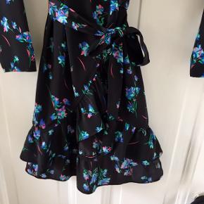 Wrap slå om kjole med bindebånd fra Devier, købt i Samsøe & Samsøe. Sort med blomster og flæsedetaljer. Kun brugt et par gange og fejler ingenting :)