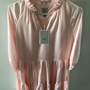Helt ny og virkelig sød kjole fra Ichi. Kjolen har stadig prismærke. Kom gerne med bud😊