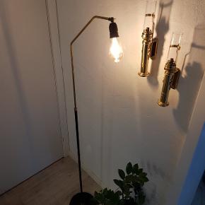Retro standerlampe, kan hæves og sænkes i messing stangen. Pæren/skærmen kan bevæges. Har du på den fede måde. Pris 250 kr