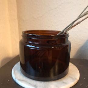 Super smukke apotekerkrukker i ravfarvet glas 😍 virkelig smukke og autentiske. Uden låg. Kan bruges som vase, til opbevaring af nøgler eller dimser, til knapper eller en plante - kun fantasien sætter grænser 🪐🌱 to stk. haves. Pris pr. stk. Måler ca. 11 cm i diameter, og 8,5 cm i højden.   Bemærk - afhentes ved Harald Jensens plads eller sendes med dao. Bytter ikke 🌸  💫  Vase vaser glas farvet glas retro loppefund opbevaring krukke urtepotte urtepotteskjuler skjuler