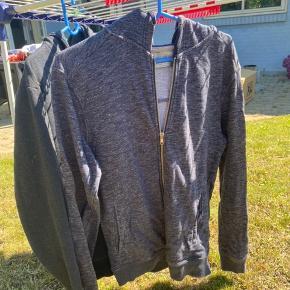 Blåmeleret hættetrøje fra zara blusen er mærket med str l men er reelt str m.  Mørkeblå er mærket solid