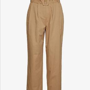 Super fede bukser fra Y.A.S med bælte. Bukserne er brugt et par gange, men desværre for store... Skriv hvis du har nogle spørgsmål eller er interesseret💛🤎