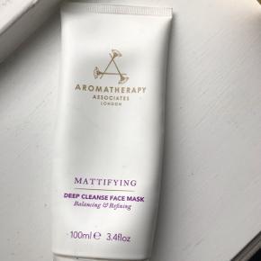 Halv fuld nypris 475 kr    En dyb rensende behandlingsmaske fra aromatherapy associates formuleret med naturlig Clay, Lavendel og Ginger til at genopbygge vitale mineraler og dybe rense porerne for en glat og raffineret hud.