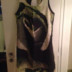 Varetype: Flot kjole Farve: se billede Oprindelig købspris: 450 kr.