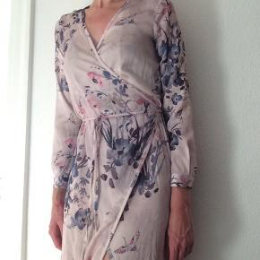 Smuk slå-om kjole wrap dress fra H&M Trend. Str 36 Længde: ca 120 cm Brystmål: ca 47 cm  Sender med DAO, køber betaler porto. Kan evt afhentes hos mig i Kbh K aften/weekend  ved forudbetaling  Gået lidt op i syning på højre ærme bagpå. Kan sys. Et par tråde løbet. Derfor lav pris.  Fortjener at blive brugt.