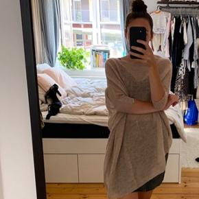 Smuk strik bluse fra Zara med naturlige fibre. Strik blusen har et asymmetrisk fald og kan bruges som one shoulder, meget smuk svag Rosa farvet