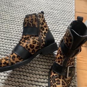 Cool billi bi Leo støvler til salg! Brugt 2 gange, så står som nye. Lækre at gå i - BYD. Kan hentes i Virum eller København.