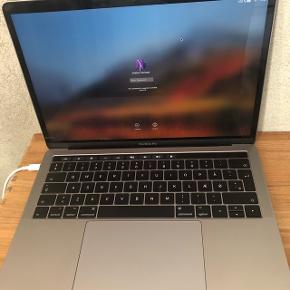 """Space grey Macbook Pro, 13"""", 256gb harddisk, touchpad og touch id. Købt i marts 2018. Få ridser på bagsiden af skærmen. Se link for fuld beskrivelse   Nypris 16.000  https://www.apple.com/dk/shop/buy-mac/macbook-pro/13-space-grey-256gb-2,3-ghz-quad-core#"""
