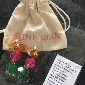 Smukke og farverige Stine Goya øreringe, med 3 fine perler i forskellig farve og størrelse. Fejlkøb på nettet, de er kun blevet taget ud af posen, ikke engang prøvet på og ikke sendt retur i tide.