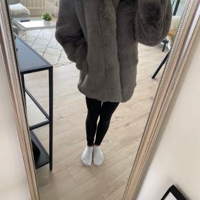 Super lækker jakke i kunst pels, brugt 1 gang. Fejler intet! Ny pris. 699kr Kan sendes på købers regning
