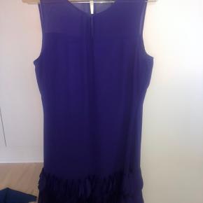 Lilla kjole fra Principles i str M. Den er brugt 2 gange og står derfor som ny. Der er sådan nogle flagrer ting i bunden af kjolen. Jeg har selv købt den i Magasin for 500kr.
