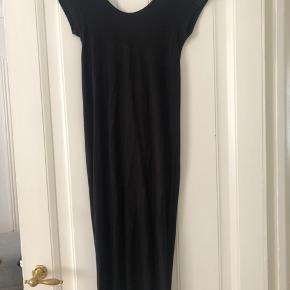 Vila knælang bomulds kjole med nedringet ryg og fin detalje i ryggen (se billede) Løs model. Str. XS. Kan sagtens passes af en S.