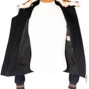 Brand: Dior  Varetype: Bomber Jakke Størrelse: 46 Farve: Sort Oprindelig købspris: 16.700 kr. Kvittering haves. Skal afhentes i København K  Luksuriøs og sporty bomber fra Dior.  Størrelse 46. Perfekt til en størrelse small. Jakken er i sort uld og cashmere med en aftagelig brun pels krave. Lynlås på front, 2 udvendige og 2 indvendige lommer.  En orange stribe løber på ærmer og på rib kanten som giver jakken et sporty look.   Super lækker og luksuriøs i materialet.  Fremstår i perfekt stand. Sælges i perfekt købt stand med original tag samt kopi af kvittering. Dior bøjle samt dragtpose medfølger. Nypris 16.700kr Sælges for 6.700kr