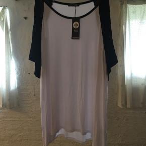 Hvid t-shirt med frie skuldre