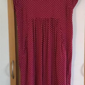 Varetype: Smuk kjole Farve: Bordeaux rød  Rigtig smuk og lækker kjole af 100 % viscose. Lommer i siderne, elastik i nederste løbegang. Måler fra ærmegab til ærmegab 52 cm. Længden 112 cm.  Bytter ikke Evt. MobilePay