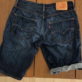 Klassiske Levis 501 shorts i str 32. Mørk vask. Købt og brugt sidste sommer, men ingen tegn på slid. De er desværre blevet for små. Skriv for billeder/information. Fast pris eksklusiv fragt.