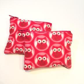 Pung fra Walina  Sød lille ugle pung - syet af en blød rød flanel. Prisen er pr stk.  Pungen måler 10 x 12 cm.  Jeg kan handle med mobilpay: Jeg sender gerne med post nord til din postkasse (+10 kr 5 dages leveringstid eller 29 kr 1 dags leveringstid), hvis du ikke kigger forbi og henter den. Jeg kan handle via Trendsales med DAO pakkepost (+32 kr), hvor du afhenter pakken ved ønsket DAO udleveringssted.  mvh Lise