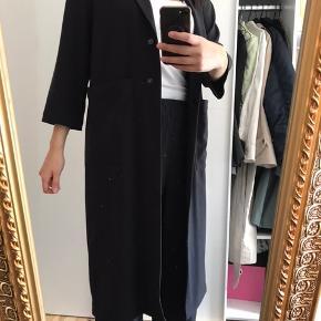 Tynd frakke fra h&m som jeg aldrig har brugt. Den har knapper og to store lommer foran. Np 400kr. Køber betaler fragt og tspay