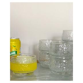 Mønstrede glas med flotte detaljer 🧊 Pris pr. stk. 25 kr H 6 cm Ø 8,5 cm 200 ml    Instagram: vintage.vips