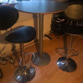 Sælger dette set  To barstole med bord Kan afhentes i østbirk   Kom med bud  :-)
