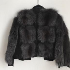 Kort og super blød ægte pels jakke i str. S/M. Specialsyet så der kun er den uderste pelsdel, så man nemt kan have den på uden på en læderjakke eks. (Laver i en pelsbutik i Hellerup - kan desværre ikke huske navnet på den.) I super god stand.  Nypris: 20.000kr Grå/sort farve.  Overleveres ved køb efter aftale / sender ikke denne.