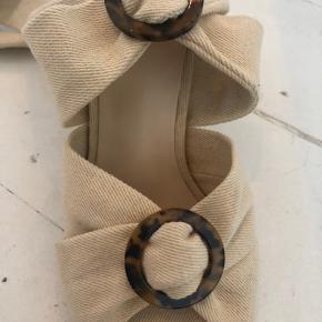 Fine sandaler med bindebånd fra Missguided i størrelse 37. Brugt en enkelt gang. Står som nye med undtagelse af hælen (se vedlagt foto).   Køber betaler porto eller kan afhentes på Nørrebro. 😊