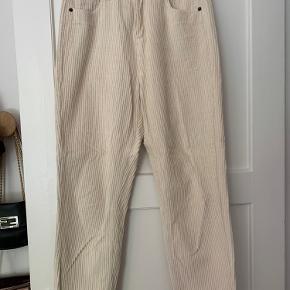 Beige fløjsbukser. Købt i Australien af mærket Gandha. Str. 10 svarende til 27/28