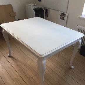Hvidmalet træbord.  125 x 95 cm  2 stk hjemmelavede plader (til fransk-udtræk) medfølger: 205 x 95 cm med begge plader i.   Kunne trænge til en klat maling, ellers fin stand.