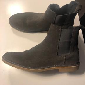 Støvler, Office London, str. 43, Grå/brun, Super smarte støvler med rågummi sål. Næsten som nye, men den ene strop bag er gået op i syning :-) Købt for små, så næsten ikke brugt. Virkelig cool farve! Købt for 1800 kr.
