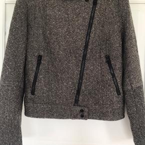 Fed jakke i bikerstil, der er brun/grå/sort nistret i en Uldblanding.   Sender gerne.