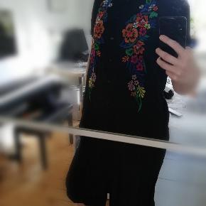 Sort skjorte kjole fra & Other Stories med multifarvet blomsterbroderi og slidser i bunden i siderne.