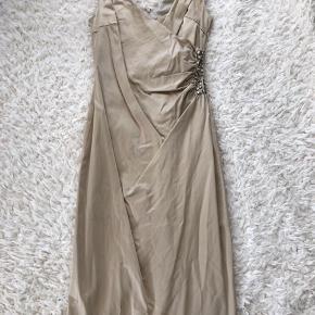 Super smuk cocktail kjole fra inwear i str 34. Den er brugt og renset 2 gange. Der mangler en enkelt sten, bagpå den ene strop. Men det ser man ikke når den er på. Derudover er nogle af syningerne i underskolen gået op, men hvis man kan sy er det lige til at fikse.