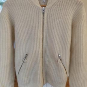 Lækreste uld-sweater i 32 uld, 33 polyamid og 32 mohair. SÅ varm og skøn til de kolde dage :)