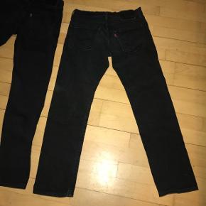 Hej.Jeg sælger disse 2 par næsten nye Levis bukser.  Sælges da jeg ikke passer dem. 1. Par = Levis 502 W29 L30 2. Par = Levis 512 W28 L32. (Fitter L31) Sælges både hvert for sig, men laver en god pris samlet.  Mødes i KBH. BYD og spørg for flere billeder :)
