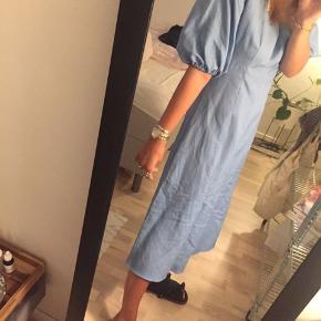 Sælger denne mega fine sommerkjole fra Zara. Skriv gerne for flere billeder. Er åben for bud:)