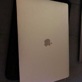 """Macbook Pro mid - 2017 Nypris 24.999 kr,  Er der en der kunne være interesseret i en Macbook Pro?:  2,9 GHz quad-core Intel Core i7-processor  16 GB 2133 MHz LPDDR3-hukommelse  Radeon Pro 560 med 4 GB hukommelse  SSD-lager på 512 GB  Touch Bar og Touch ID 15"""" skærm købt d 4/8-2017  Den er udlukket anvendt til arbejde i ca. 10 måneder hvorefter den har lagt ubrugt. Macbook'en bliver fabriksgenstartet og alt medfører (inkl. kasse, oplader og købsbevis).  Den er så god som ny og har ikke tegn efter slid overhoved.  Kan afhentes tæt på Vestamager st"""