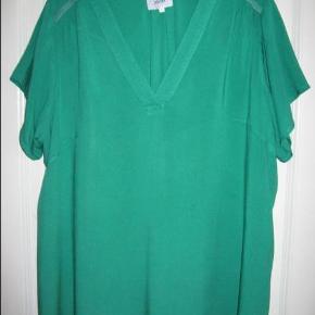 Varetype: Bluse i flot farve Størrelse: L 50 52 Farve: Grøn  Bluse i flot farve fra Zizzi 100% viscose Brystmål 140 cm Længde 73 cm